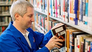 Mayo Clinic volunteer in library