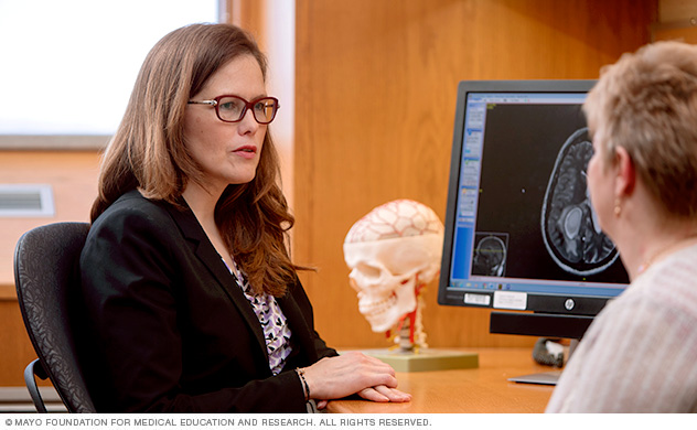 A Mayo Clinic neurologist converses with a woman about her diagnosis.