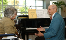 Photo of Mayo Clinic volunteer and patient at a piano